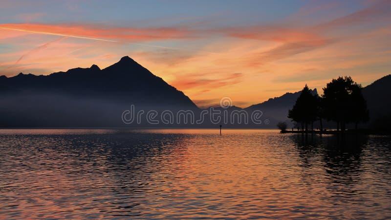 在Mt Niesen和湖图恩的五颜六色的晚上天空 图库摄影
