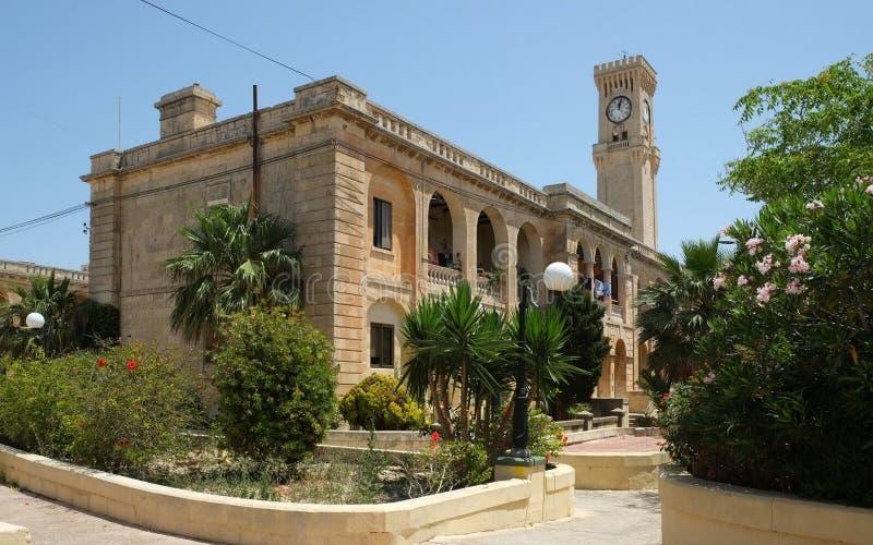 在Mtarfa,马耳他的老英国陆军营房和钟楼 库存图片