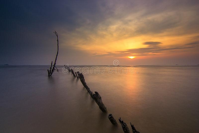 在muara kecil海滩,tanggerang印度尼西亚的Wonderfull日出 免版税库存图片
