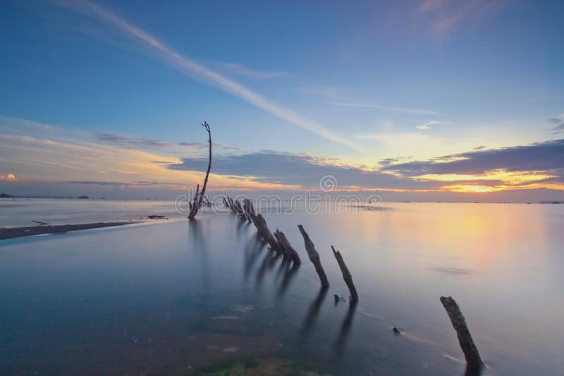 在muara kecil海滩,tanggerang印度尼西亚的Wonderfull日出 免版税库存照片