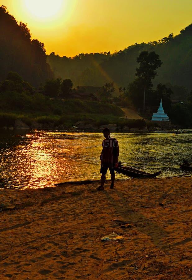 在Muey河附近的日落 Moei河是怒江的附庸国 不同于多数河在泰国Moei河流动没有 免版税库存图片