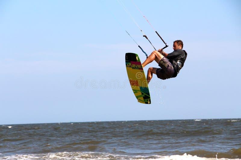 在Mui ne越南的男性跳跃的kiteboard 库存照片