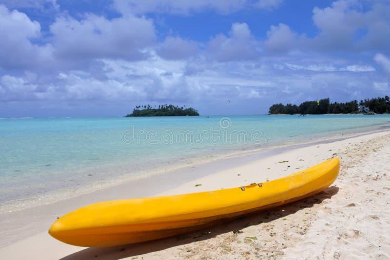 在Muri海滩盐水湖的黄色皮船在拉罗通加库克群岛 库存图片