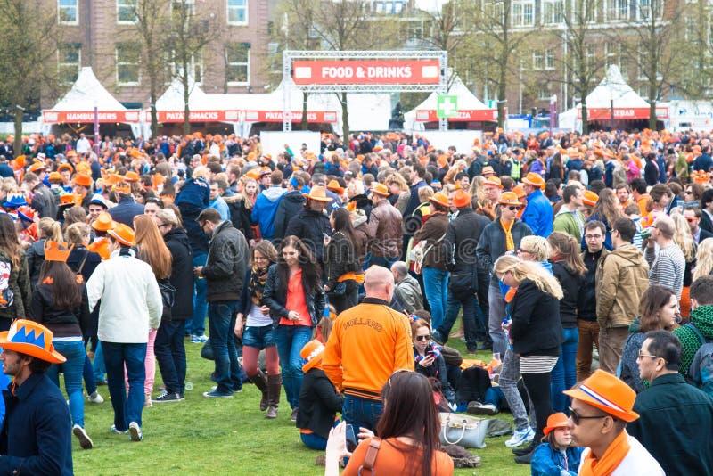 在museumplein的人群在Koninginnedag 2013年 库存图片