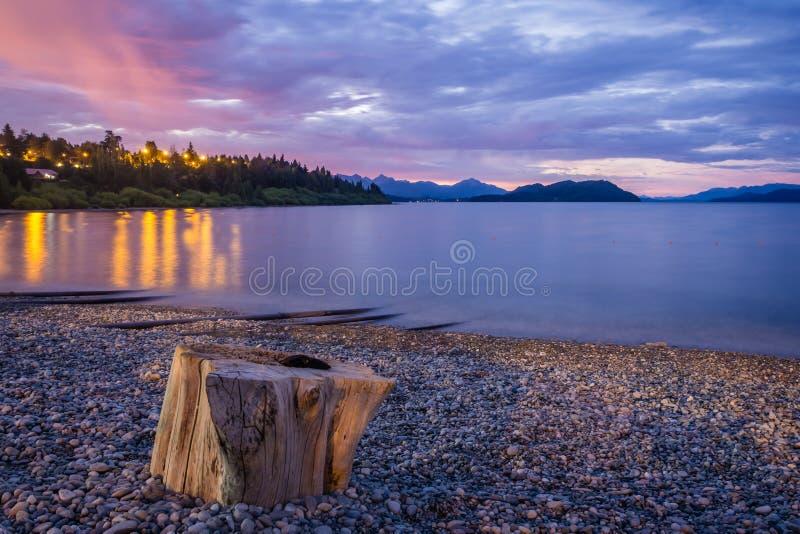 在Nahuel Huapi湖的Playa Bonita海滩在巴里洛切 免版税图库摄影