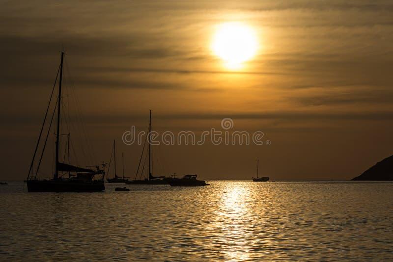 在Nai哈恩海滩的日落在普吉岛海岛 免版税库存照片