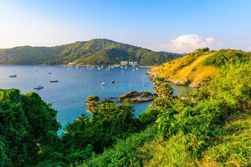 在Naiharn和Ao神志正常的海滩的热带海湾与在风车观点的小船,天堂目的地普吉岛,泰国 库存照片
