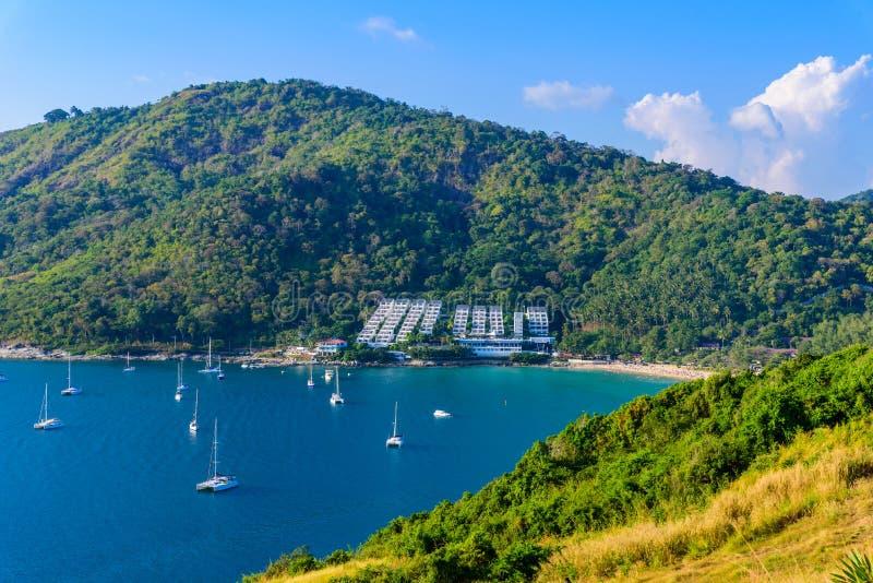 在Naiharn和Ao神志正常的海滩的热带海湾与在风车观点的小船,天堂目的地普吉岛,泰国 免版税库存图片