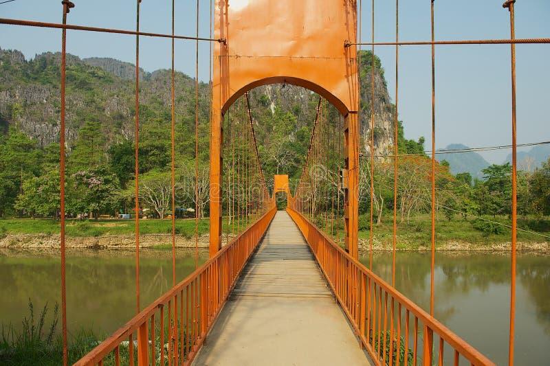 在Nam歌曲河的停止人行桥在Vang Vieng,老挝 免版税库存照片