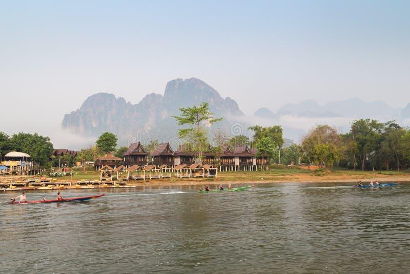 在Nam歌曲河的汽艇在Vang Vieng,老挝 免版税库存图片