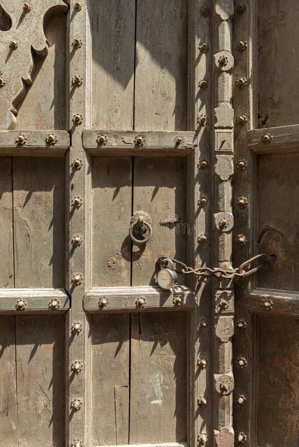 在nandgaon寺庙在侯丽节节日期间,北方邦,印度的老木门 免版税图库摄影