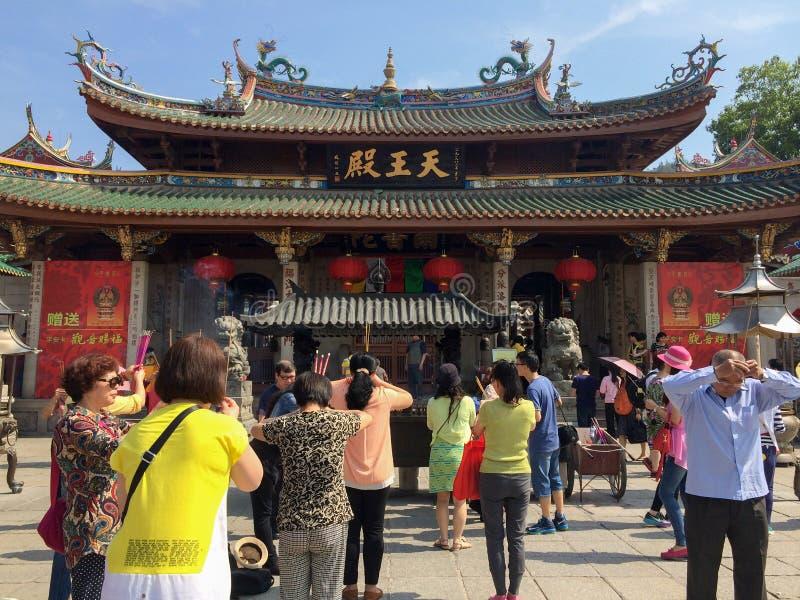 在Nanputuo佛教寺庙前面的祷告在厦门市,中国 库存照片