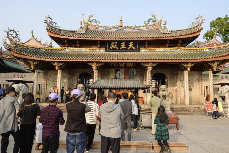 在Nanputuo佛教寺庙前面的祷告在厦门市,中国 库存图片