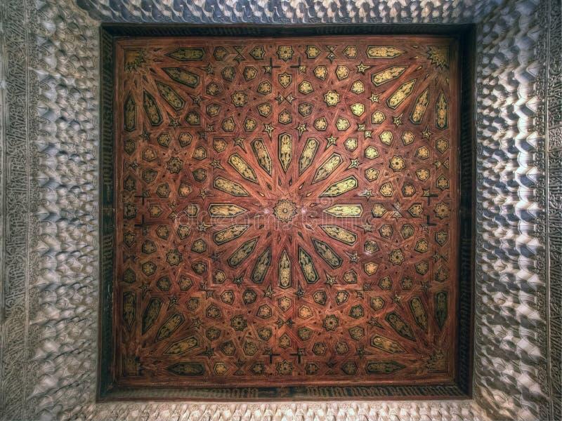 在Nasrid宫殿,阿尔罕布拉宫,安达卢西亚,西班牙的天花板装饰 免版税库存图片