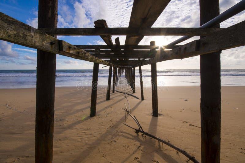 在Natai海滩的老木桥与美丽的天空 库存图片