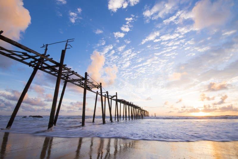 在Natai海滩的老木桥与美丽的天空 免版税库存照片