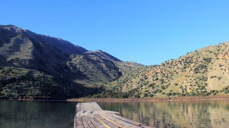 在Nature湖的小木桥有山景城的 库存图片