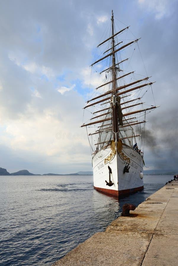 在Navarino海湾,希腊的豪华旗鱼海云彩 免版税库存照片