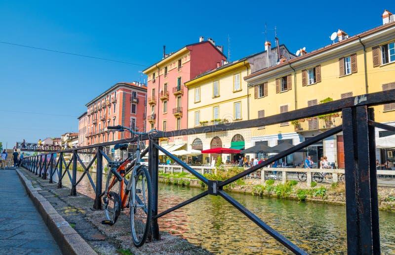 在Naviglio重创的大运河附近,米兰,意大利栏杆的自行车  免版税图库摄影