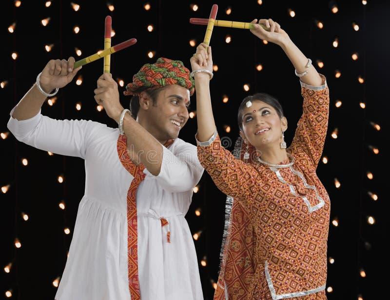 在Navratri的夫妇执行的Dandiya Raas 免版税库存图片