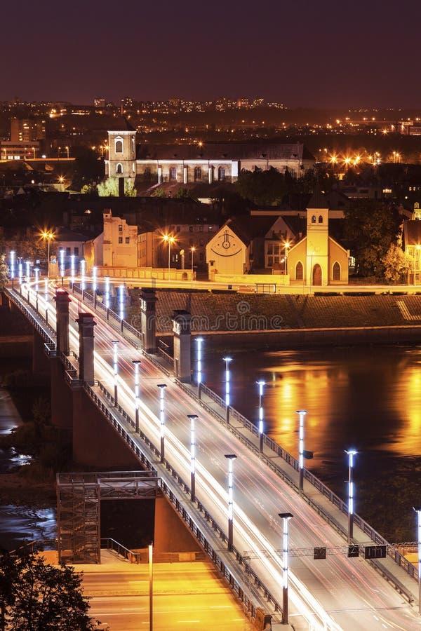 在Nemunas河和市建筑学的桥梁 图库摄影