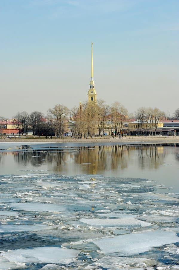 在Neva的冰偏差 彼得和保罗堡垒的看法 免版税库存图片