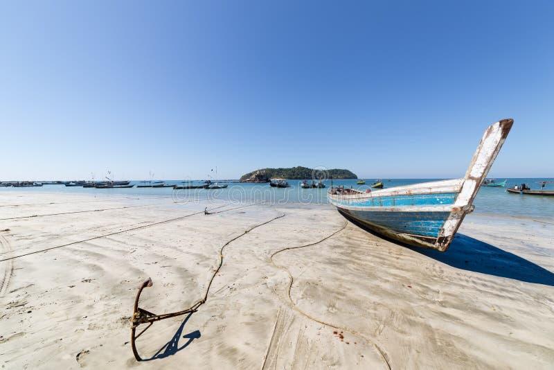 在Ngapali海滩,缅甸的渔船 免版税库存图片