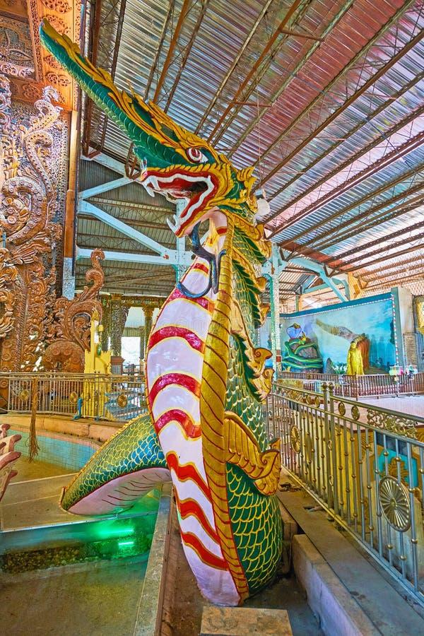在Ngar Htat Gyi菩萨寺庙,仰光的蛇雕塑,我 库存照片