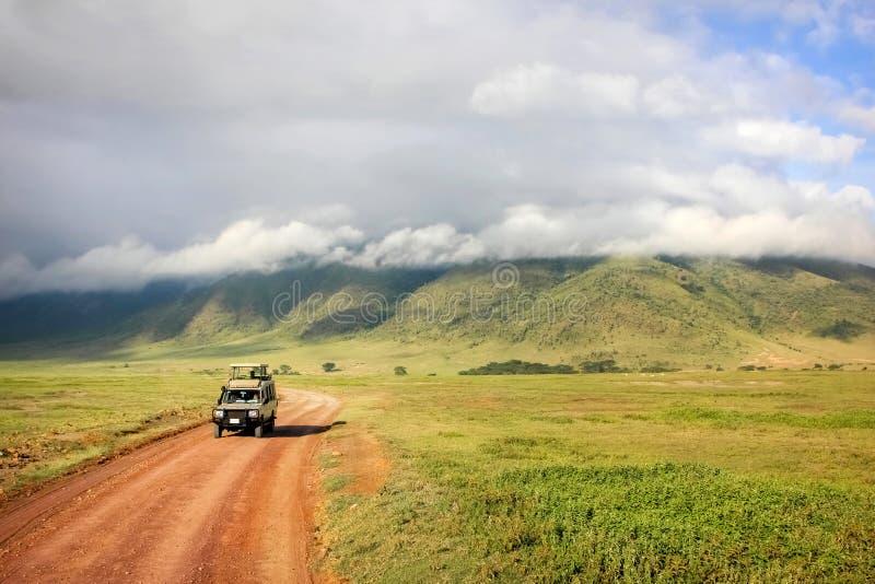 在Ngorongoro火山口的吉普徒步旅行队 坦桑尼亚 图库摄影