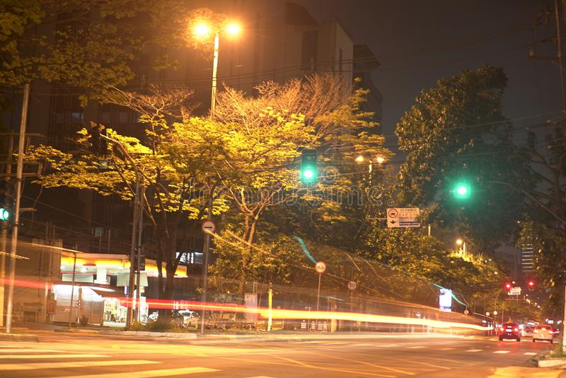 在nigth、美好的都市风景与汽车,摩托车和交通的Timelapse在路 免版税库存图片