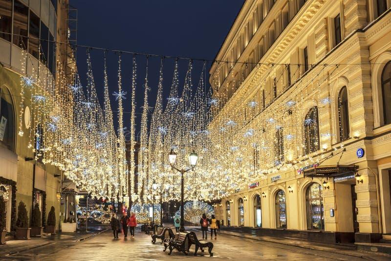 在Nikolskaya街道上的新年装饰在清早莫斯科 免版税库存图片