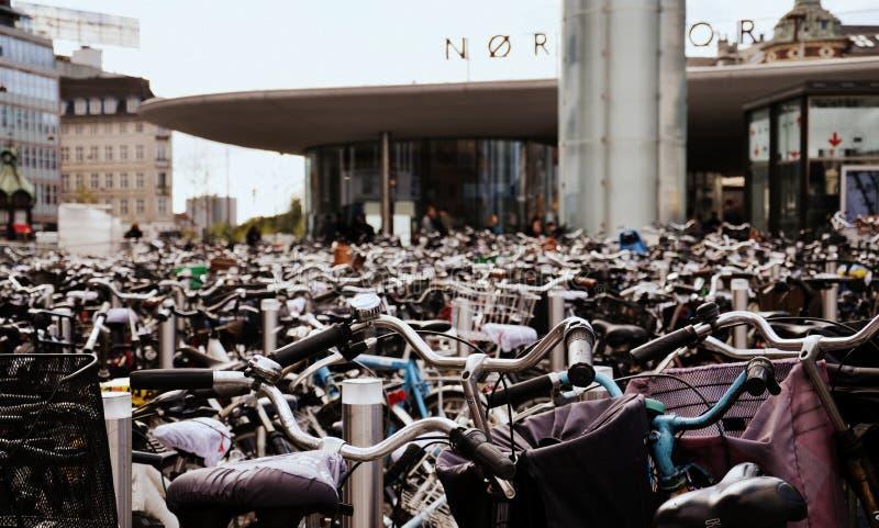 在Norreport驻地的停放的自行车,在哥本哈根 免版税库存图片