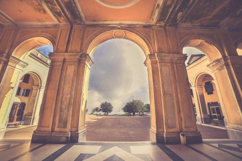 在Nostra在热那亚附近的夫人della瓜迪亚圣所的曲拱  免版税库存图片
