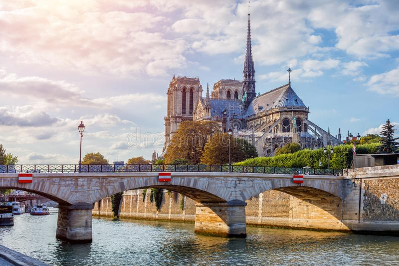 在Notre Dame大教堂有云彩的,巴黎,法国的华美的日落 库存图片