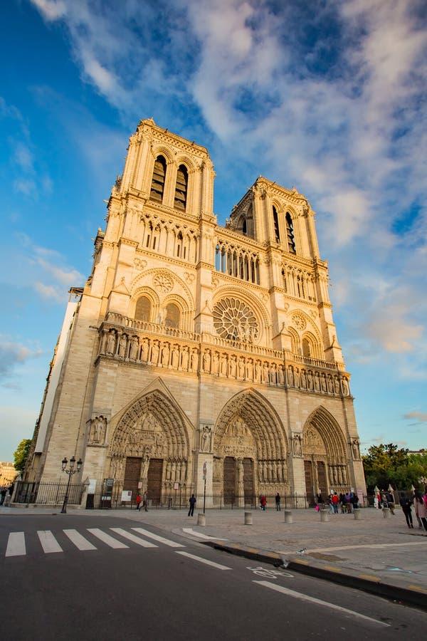 在Notre Dame大教堂的日落在巴黎,法国 免版税库存图片