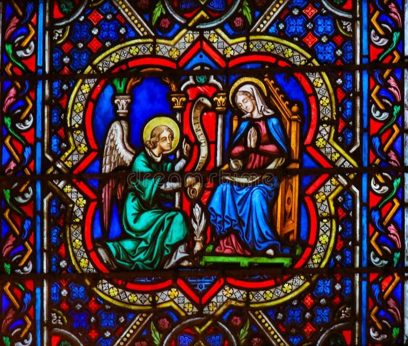 在Notre Dame的与母亲玛丽的彩色玻璃,通告和天使加百利 库存照片