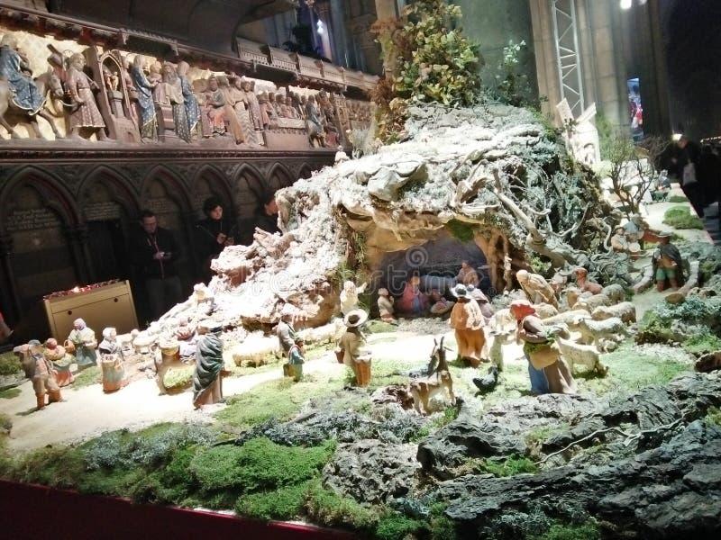 在Notre Dame里面巴黎-圣诞节温暖教会的照片  免版税库存照片