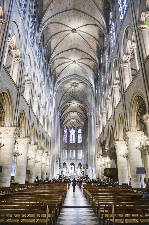 在Notre Dame里面,巴黎 免版税库存图片