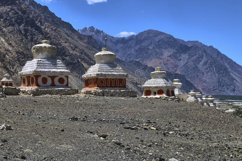 在Nubra谷,拉达克,印度的Diskit寺庙附近使佛教stupas环境美化看法  库存照片