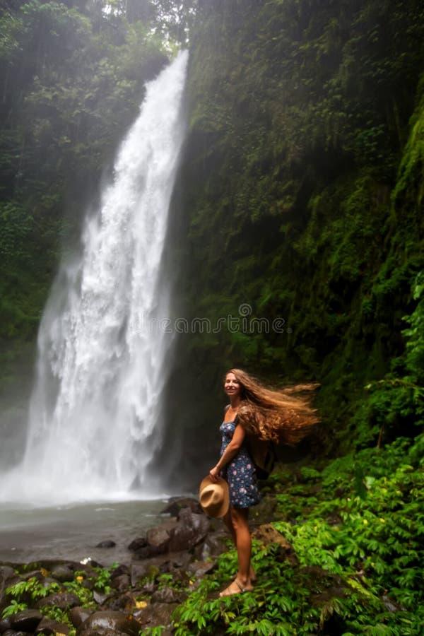 在Nung Nung附近的妇女waterfal在巴厘岛,印度尼西亚 免版税库存图片