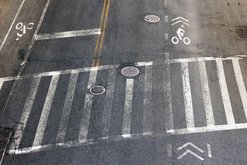 在NYC的行人穿越道和自行车车道 图库摄影