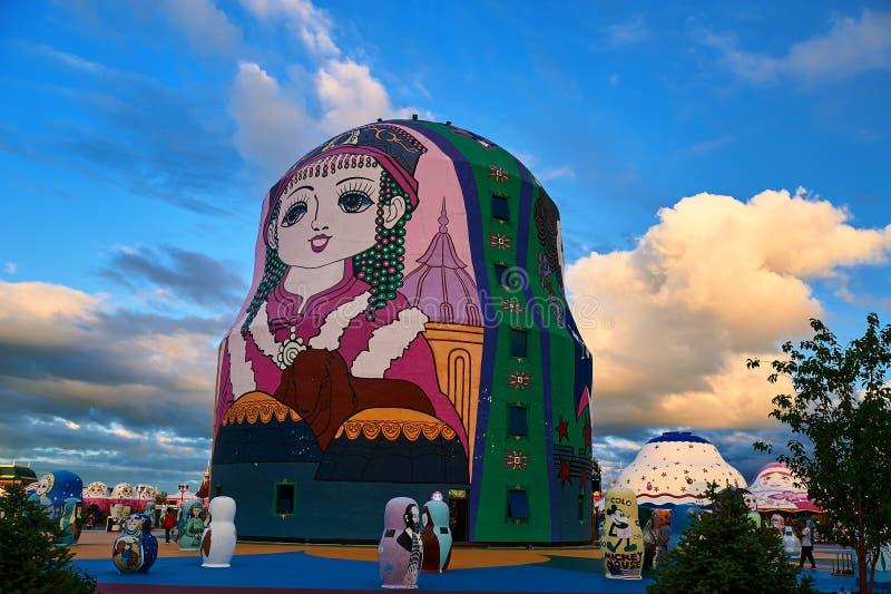 在NZH满洲里日落的巨大的matryoshka玩偶 免版税库存照片