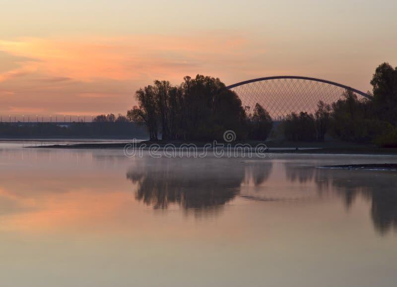 在Ob的黎明与一座被成拱形的桥梁 库存照片