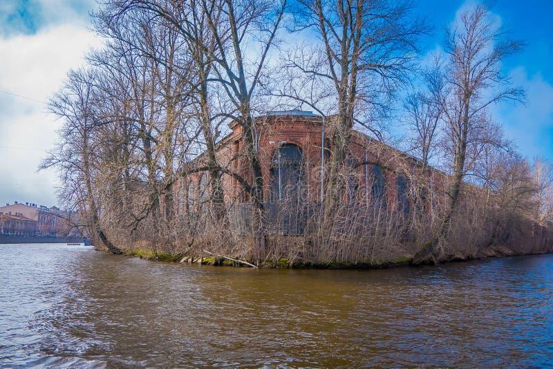 在Obvodny运河旁边的老红砖大厦在亚历山大公园在冬天,普希金, Tsarskoye Selo,圣徒 免版税库存照片