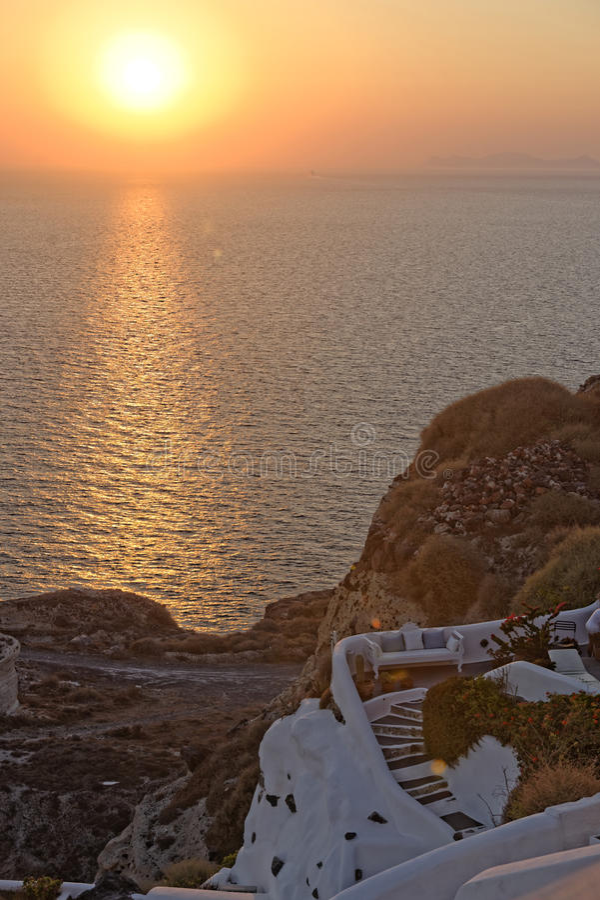 在Oia镇海岸线的日落 库存图片