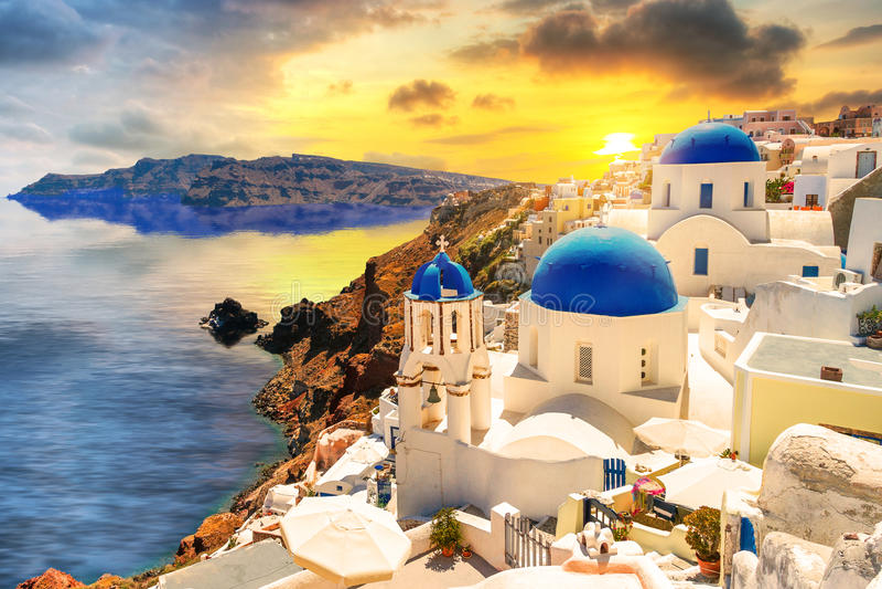 在Oia镇的美好的日落在圣托里尼海岛上 库存照片