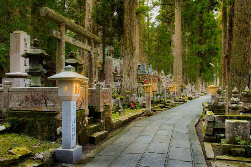 在Okunoin的夜前, Koyasan,和歌山日本 免版税库存照片