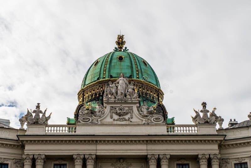 在ol中间的古典,典型的维也纳建筑学 免版税图库摄影