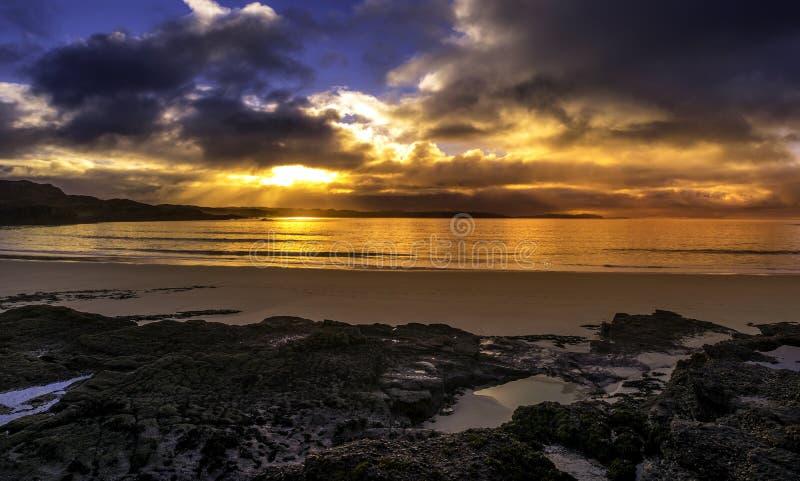 在oldshoremore海滩的日落在颜色 免版税图库摄影
