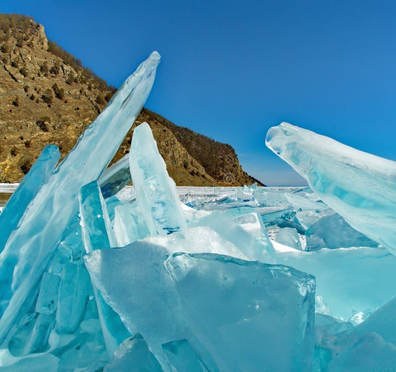 在Olkhon海岛附近的独特的冰贝加尔湖 免版税库存图片